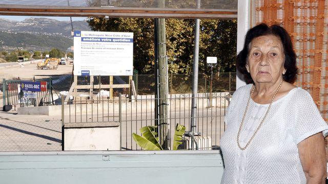 jeanne-venturino-pose-devant-une-fenetre-de-sa-maison-menacee-d-expropriation-a-nice-le-23-septembre-2015_5427231