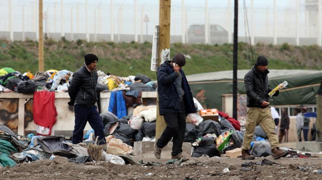 des-migrants-telephonent-depuis-la-jungle-de-calais-nord-pas-de-calais-le-5-avril-2016-maxppp