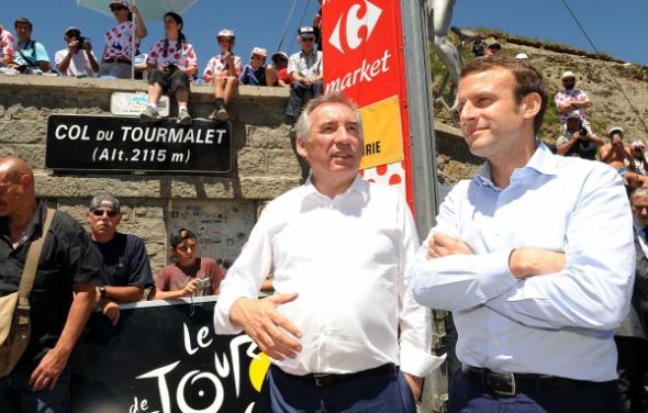 francois-bayrou-et-emmanuel-macron-lors-du-tour-de-france-en-juillet-2016_pics_590